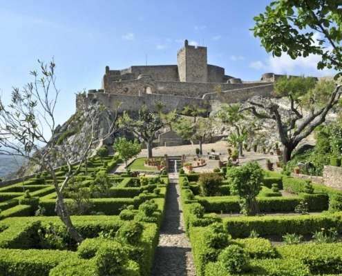 En français « derrière les monts », terre aux paysages ruraux d'une rare beauté riche en vignes - le fameux vin de Porto - mais aussi en céréales, légumes et fruits, et avec un grand patrimoine culturel.