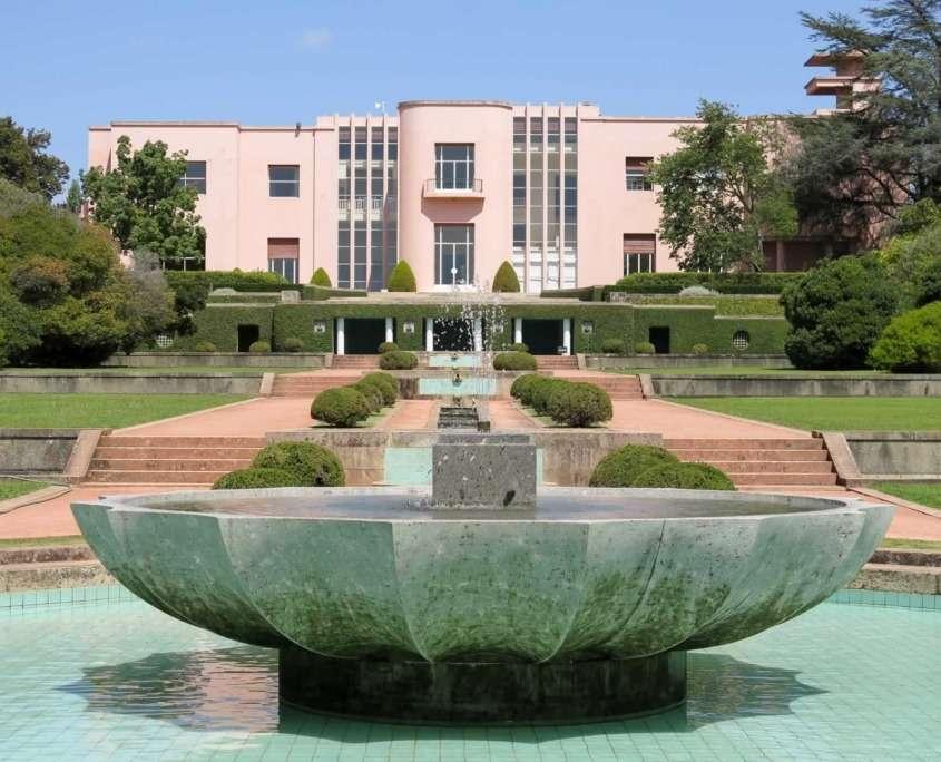 Le Musée d'Art Contemporain de Serralves, projet conçut par l'Architecte Álvaro Siza Vieira, est compris dans le projet paysagiste où il se fond harmonieusement dans le paysage alentour.