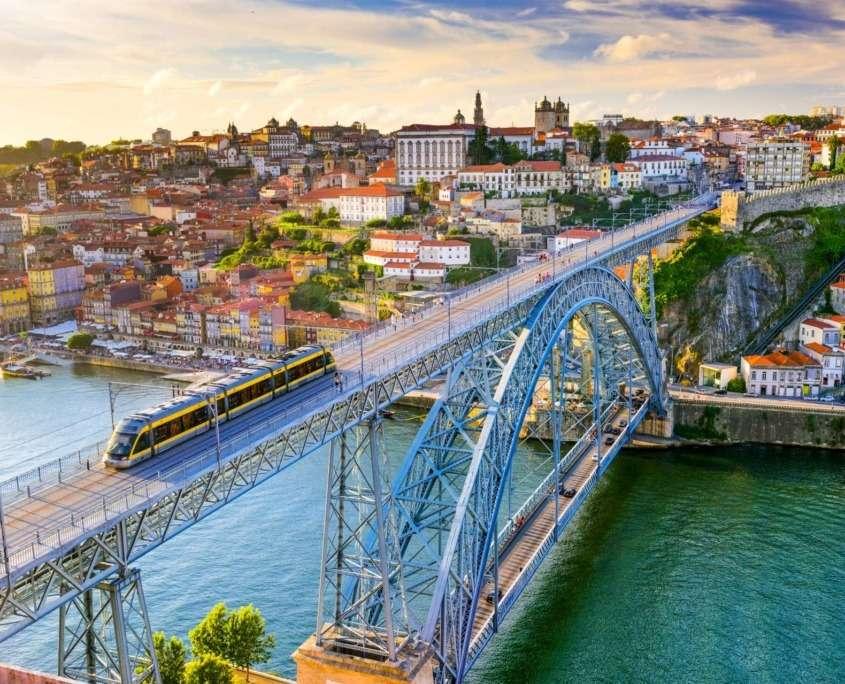 La mystique ville de Porto et ses vieux quartiers ornés de maisons à arcades, ses monuments très bien conservés, ses églises baroques, ses ruelles sinueuses ainsi que les marges du fleuve Douro.