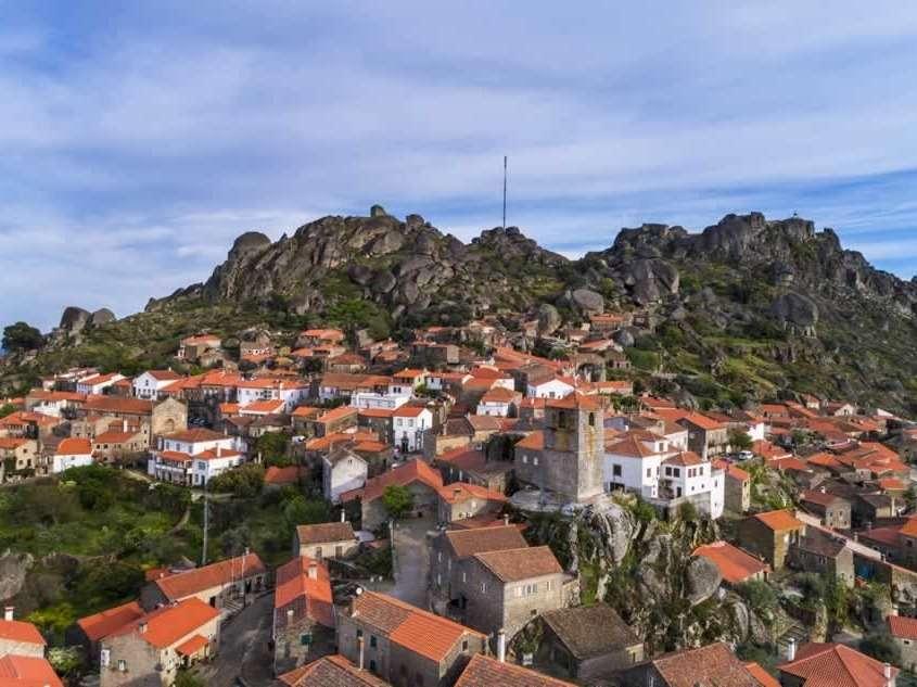 Monsanto, « le village plus portugais du Portugal » est un endroit pittoresque démontrant la fusion harmonieuse des accidents géologiques de la Nature avec l'action de l'Homme.