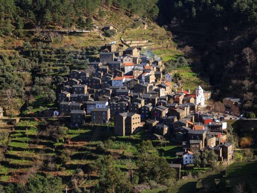 Dans la Serra do Açor, Piódão est composé de maisons de schiste et d'ardoise descendant le flanc de la colline formant un amphithéâtre.