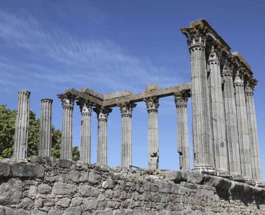 Jules César, en ces lieux, signe un traité de paix avec les tribus Lusitaniennes. Nommée Pax Julia, elle est alors élevée au rang de capitale juridique et administrative.