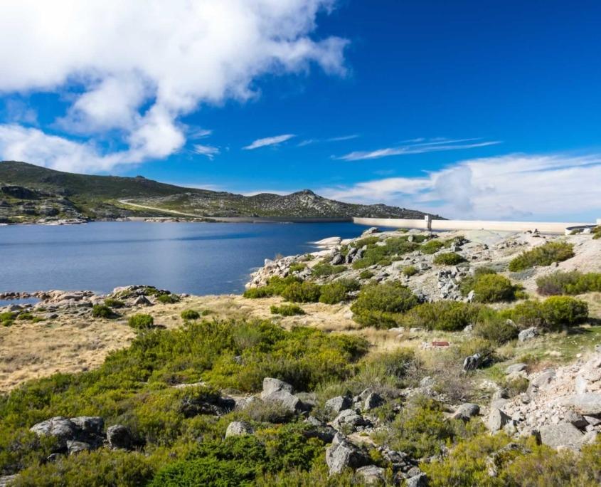 Admirez les vallées glaciaires de Loriga, Manteigas, Covão do Urso et Covão Grande et parcourez pendant les mois les plus chauds, la Route rafraichissante des 25 lacs.