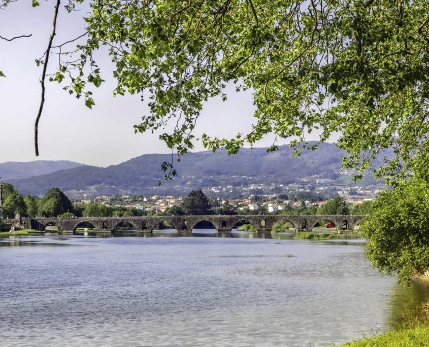 Ponte de Lima, plus ancienne ville du Portugal, est enjambée par un pont médiéval dont les bases datent de l'époque romaine.