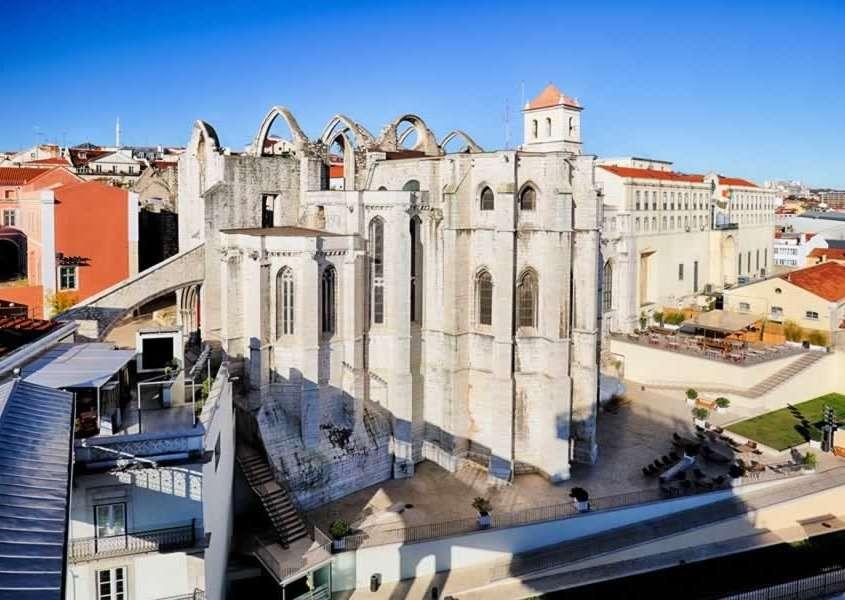 Dominant le Rossio, les ruines originelles détruites lors du tremblement de terre de 1755 abritent le musée archéologique du Carmo.