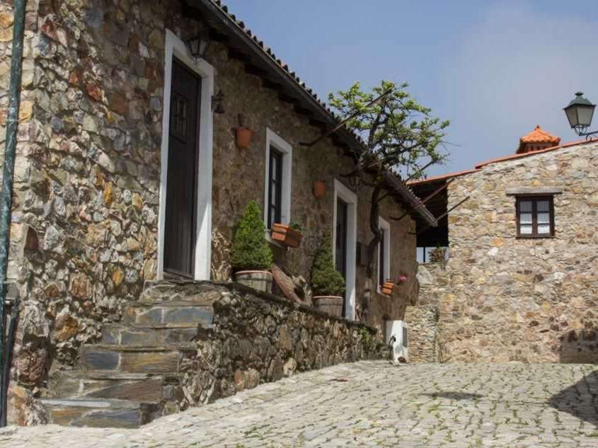 Village d'une seule rue avec de chaque côté des maisons faites en quartzite qui suit quasi parallèlement le cours de la rivière Alge.