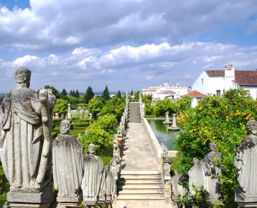 Jardins de style baroque, dont les fontaines, lacs et cascades forment un décor harmonieux. Admirez également les statues des rois du Portugal qui ornent les escaliers.