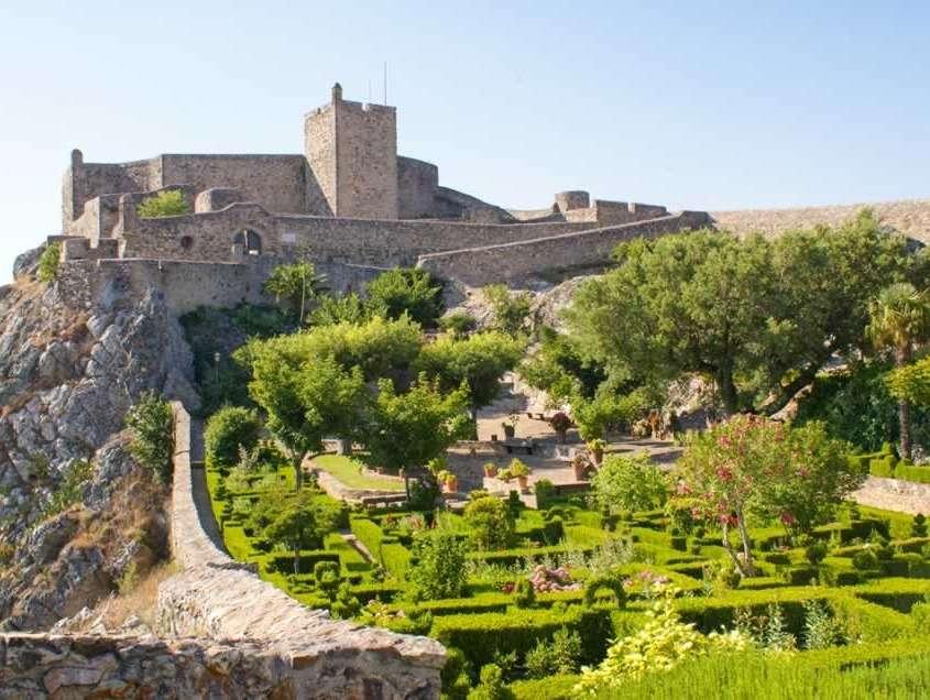 Considéré comme forteresse imprenable, ce château commença d'être construit par les maures mais seulement achevé au 13ème par les Rois du Portugal.