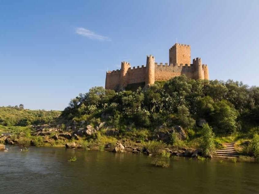 Castelo de Almourol, érigé au 12ème siècle, servira de forteresse pendant la Reconquista, mais aussi de prison, innovation à l'architecture militaire portugaise apportée par les Templiers.