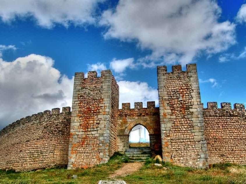 Construit au 14ème siècle, formé de deux ensembles fortifiés, son enceinte rectangulaire abrite le Donjon, la Tour de l'Horloge construite au style manuélin et une ancienne église paroissiale du 16ème siècle.