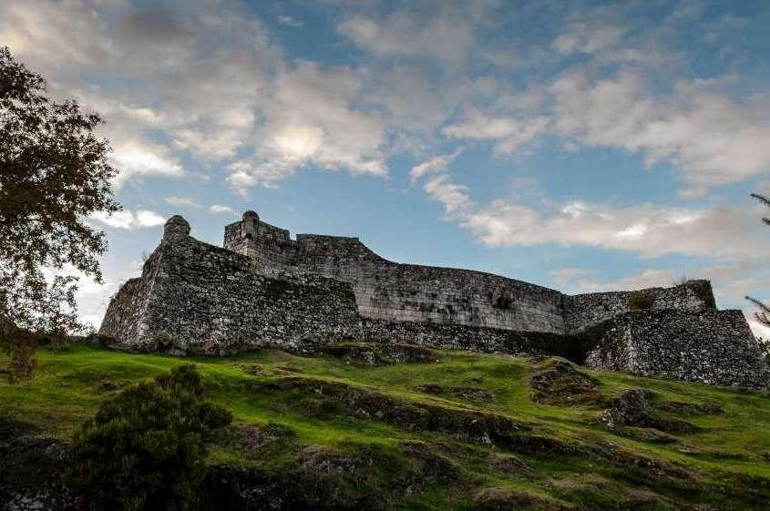 A admirer son donjon féodal crénelé au milieu de son enceinte quadrilatère à bastion et un panorama unique sur la vallée du Lima et les montagnes environnantes.
