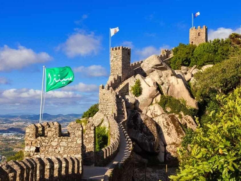 Bâti par les Visigoths au Vème siècle puis agrandi par les Maures au IXème siècle, ce château occupe une position stratégique au sommet d'une colline.