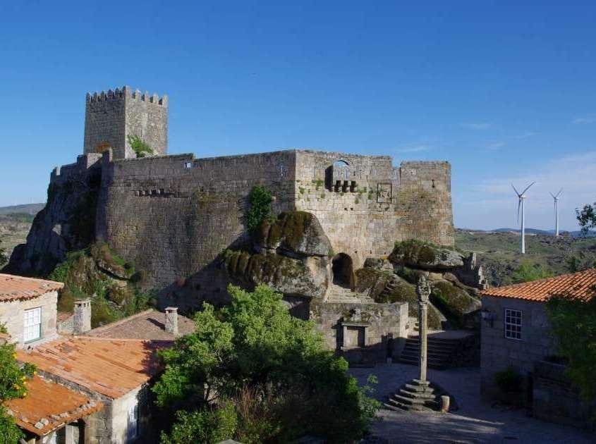 Édifié au 13ème siècle sur un ancien castre néolithique, pour but de protéger la frontière contre les invasions espagnoles, joua un grand rôle au moment des invasions françaises par les armées de Napoléon.
