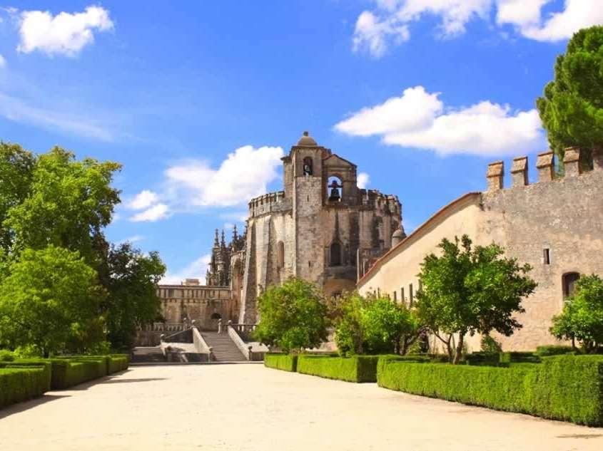 Le Couvent de l'ordre du Christ, fondé par le Grand Maître des Templiers, est l'un des monuments historiques et artistiques les plus importants du Portugal.