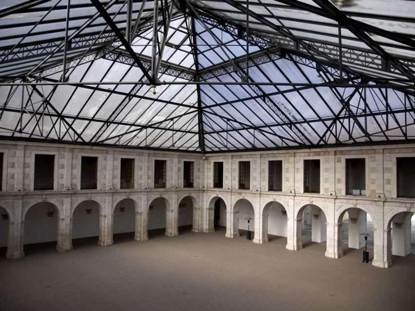 Momentanément transformé en hospice puis en hôpital militaire, il est un des seuls bâtiments à avoir résisté au tremblement de terre destructeur de 1755 du fait de son matériau de construction.