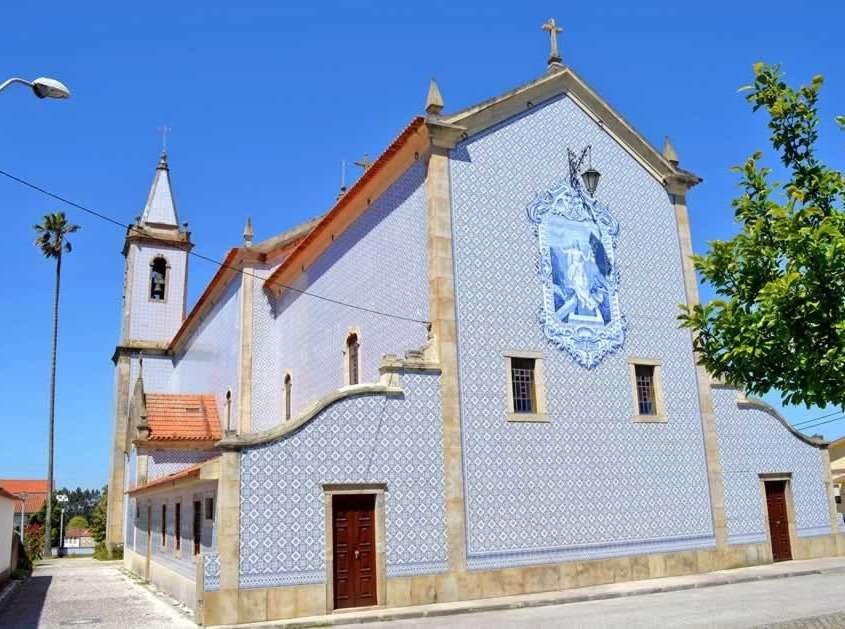Construite au milieu du 12ème siècle, cette église est totalement recouverte d'azulejos aux tons bleutés qui lui confère un style très atypique.