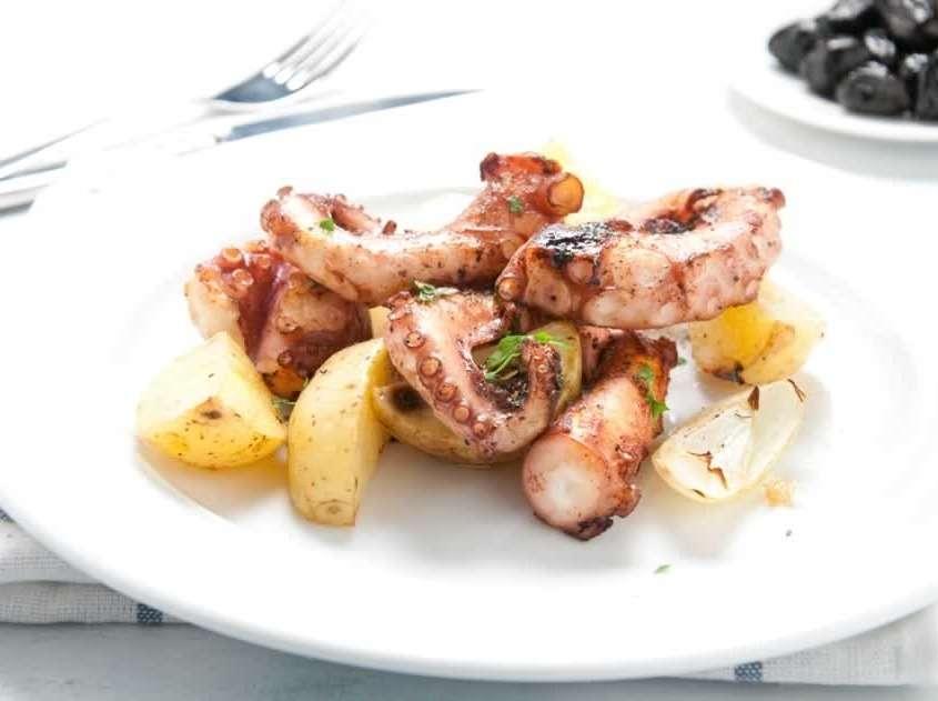 Plat composé de poulpe bouilli puis cuit au four avec huile d'olive, ail et fines herbes, accompagné des pommes de terre écrasées.