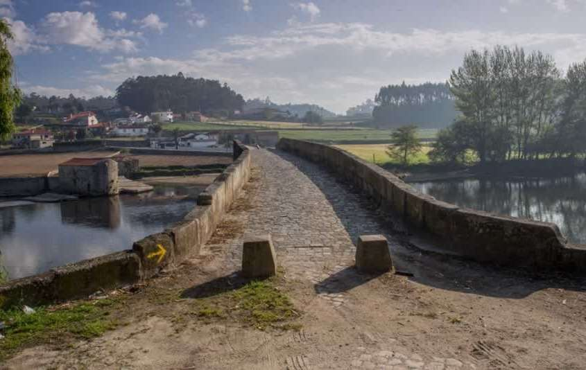 Petit village construit sur une péninsule au beau milieu d'une immense étendue d'eau, la Albufeira de Alto Rabagão.