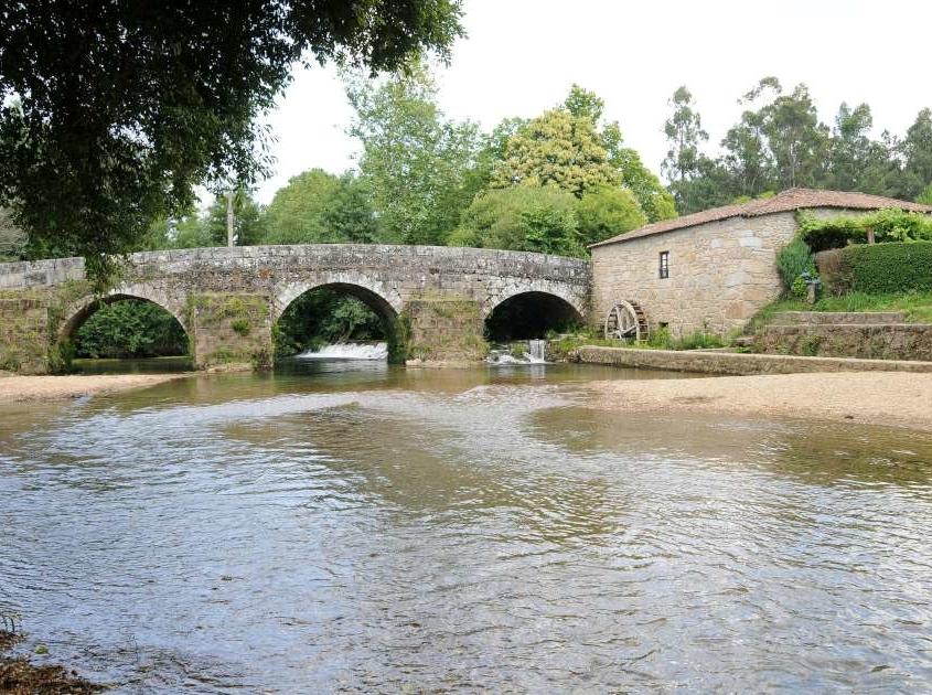 Les maisons de granit sont reliées de part et d'autre de la rivière par un vieux pont romain, les eaux de la rivière éponyme s'écoulant de la Serra de Arga.