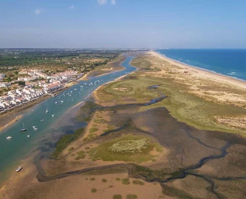La Ria Formosa et son marais d'eau salée, vivant au rythme des marées de l'Océan tout proche.