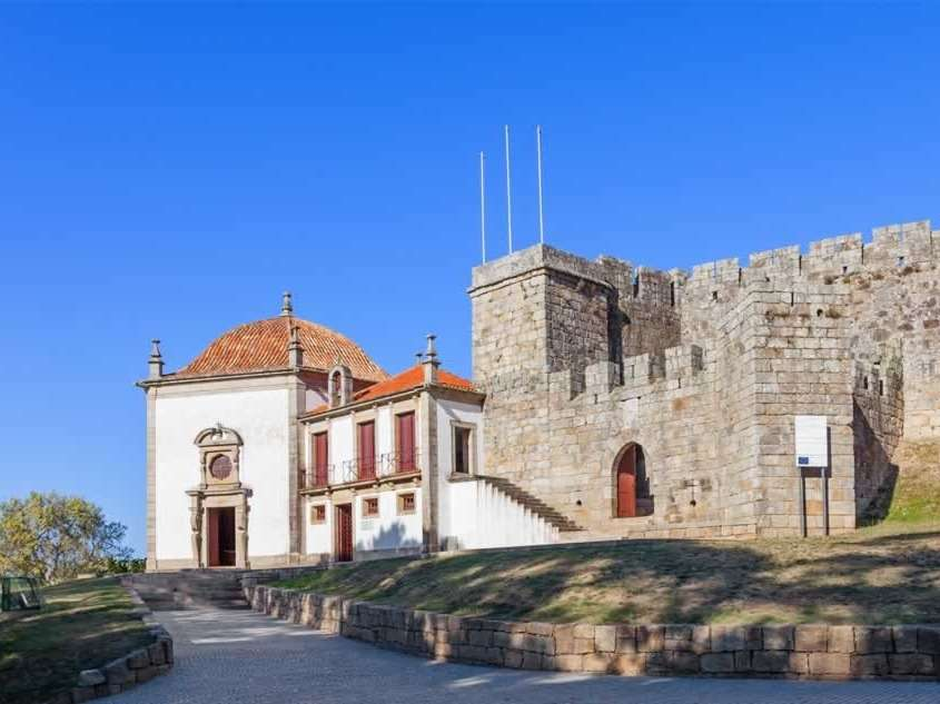 Initialement bâti au 11ème siècle puis reconstruit au 15ème par le seigneur des lieux, on y trouvera une barbacane, premier mur d'enceinte bas, typique de l'époque.