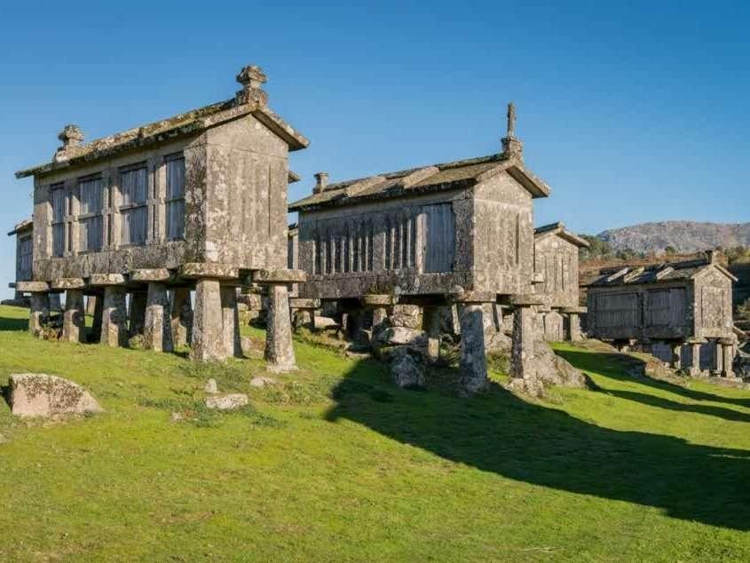 Village connu pour ses Espigueiros, constructions en granite qui permettaient au maïs de sécher, dont les plus anciens datent du 18ème siècle.