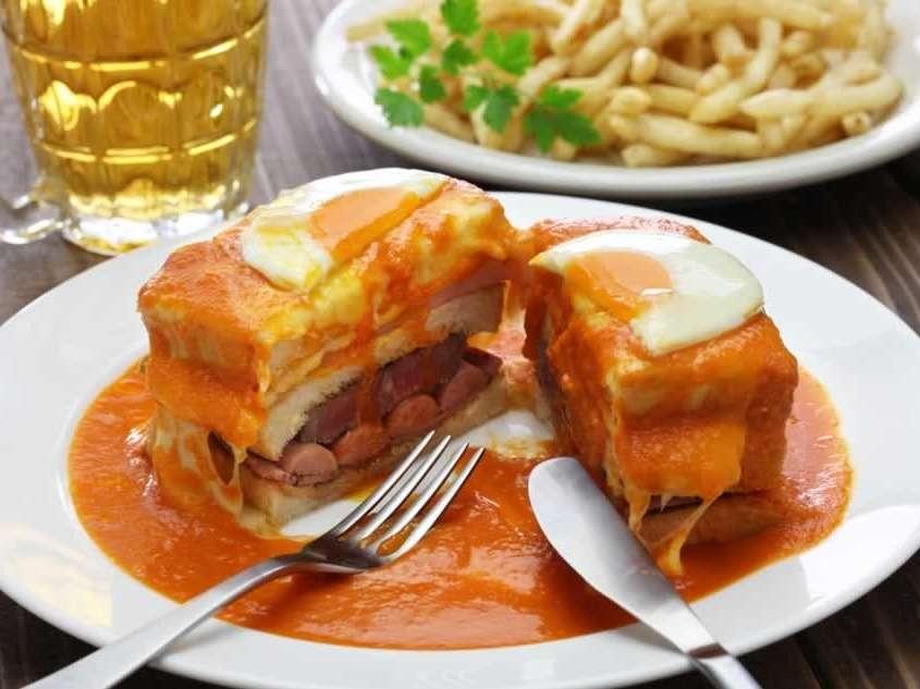 Petite Française en portugais, l'origine remonterait aux invasions Napoléoniennes, sandwich de linguiça, saucisse fraîche, jambon et bœuf, recouvert de fromage et d'une sauce piquante.