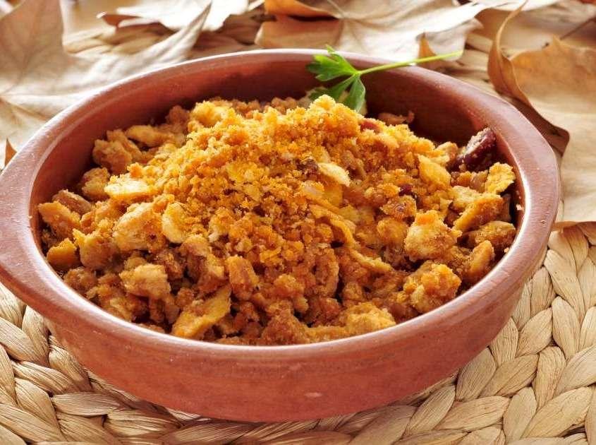 Les migas se dégustent traditionnellement dans un récipient d'argile, le pain pétri à la main et frit est incorporé aux morceaux de porc marinés et revenus.