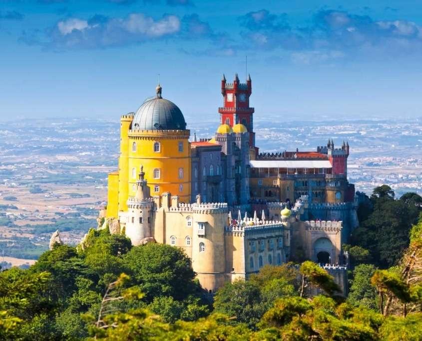 Le palais de Pena est situé sur l'une des cimes de la Serra de Sintra, au cœur d' un parc de 200 hectares de la ville de Sintra, pleine de magie et de mystère dans une symbiose parfaite entre l'homme et la nature.