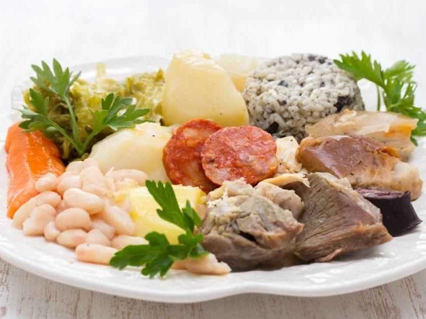 Cozido à Portuguesa, sorte de pot-au-feu avec viande de bœuf, porc et poulet, saucisses traditionnelles, accompagnés de choux, carottes, navets, pommes de terre et riz.