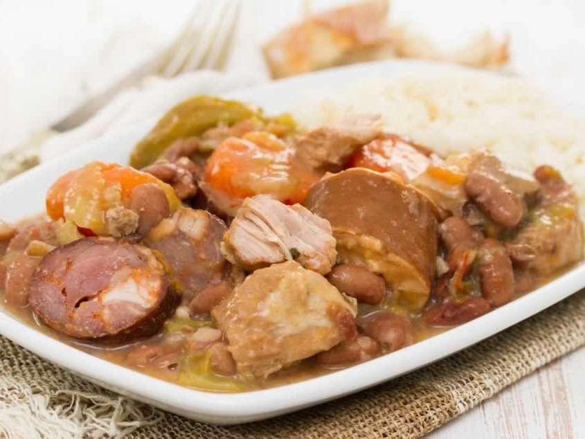Ragoût de haricots à base de porc et de bœuf, utilisant tous les morceaux du cochon, se déclinant sous différentes formes dans le monde entier.